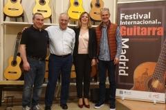 Laura-VErdugo-drectora-del-festival-junto-a-patrocinadores-Paulino-Bernabe-y-Guitarras-de-Luthier